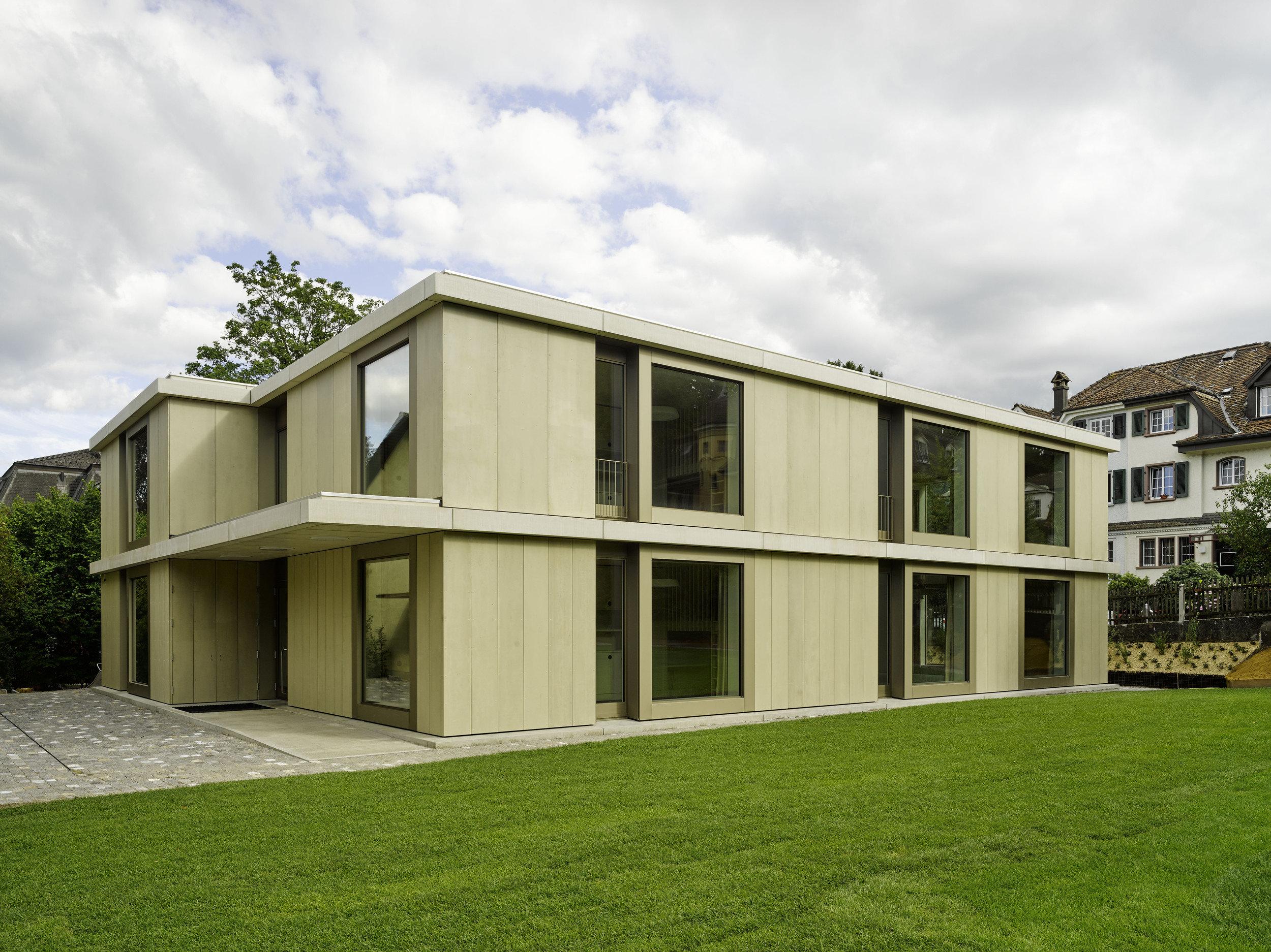 2-geschossiges Schulgebäude mit raumhohen Fensterelementen