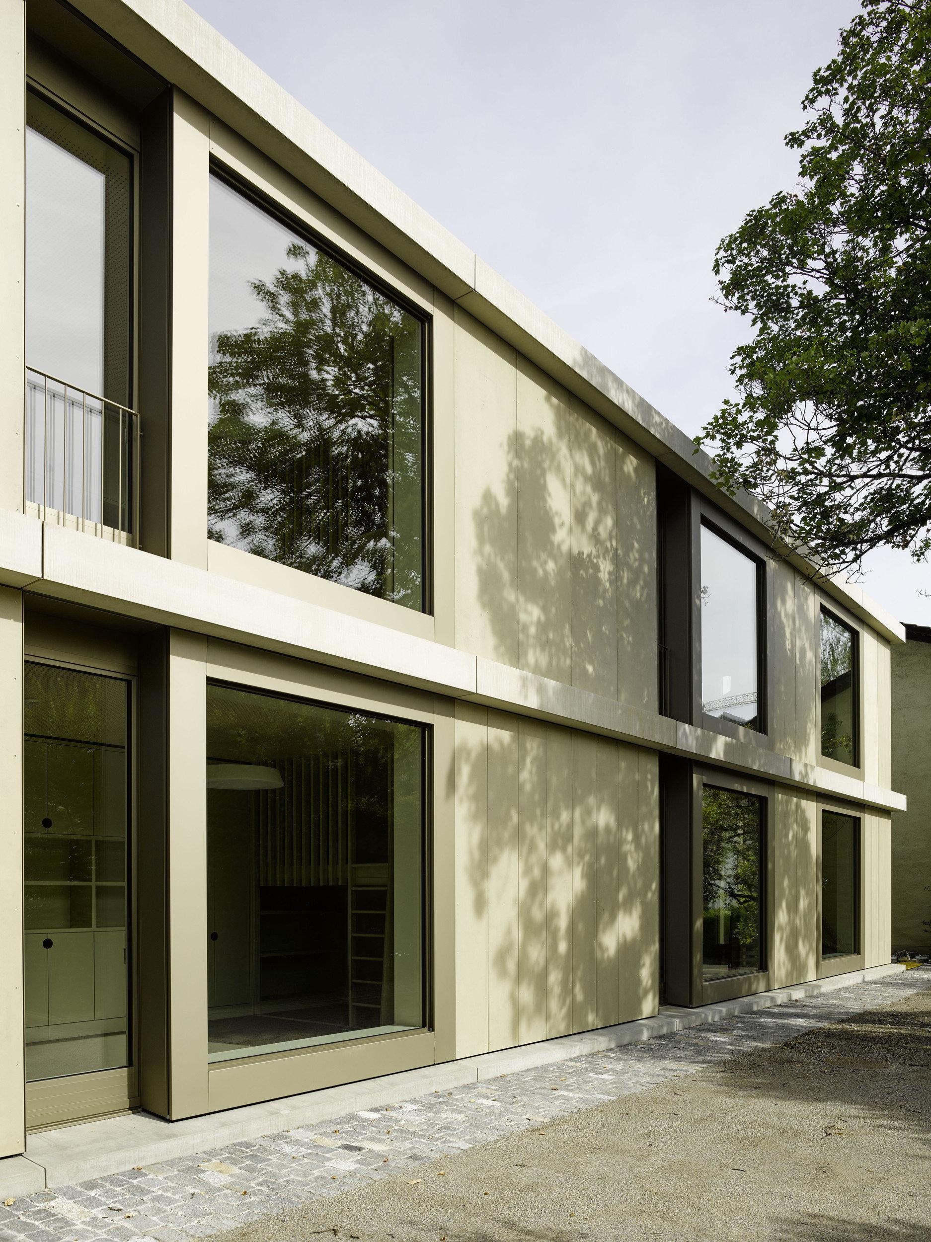 2-geschossiges Schulgebäude gleichmässiger Fensterfassadenanordnung