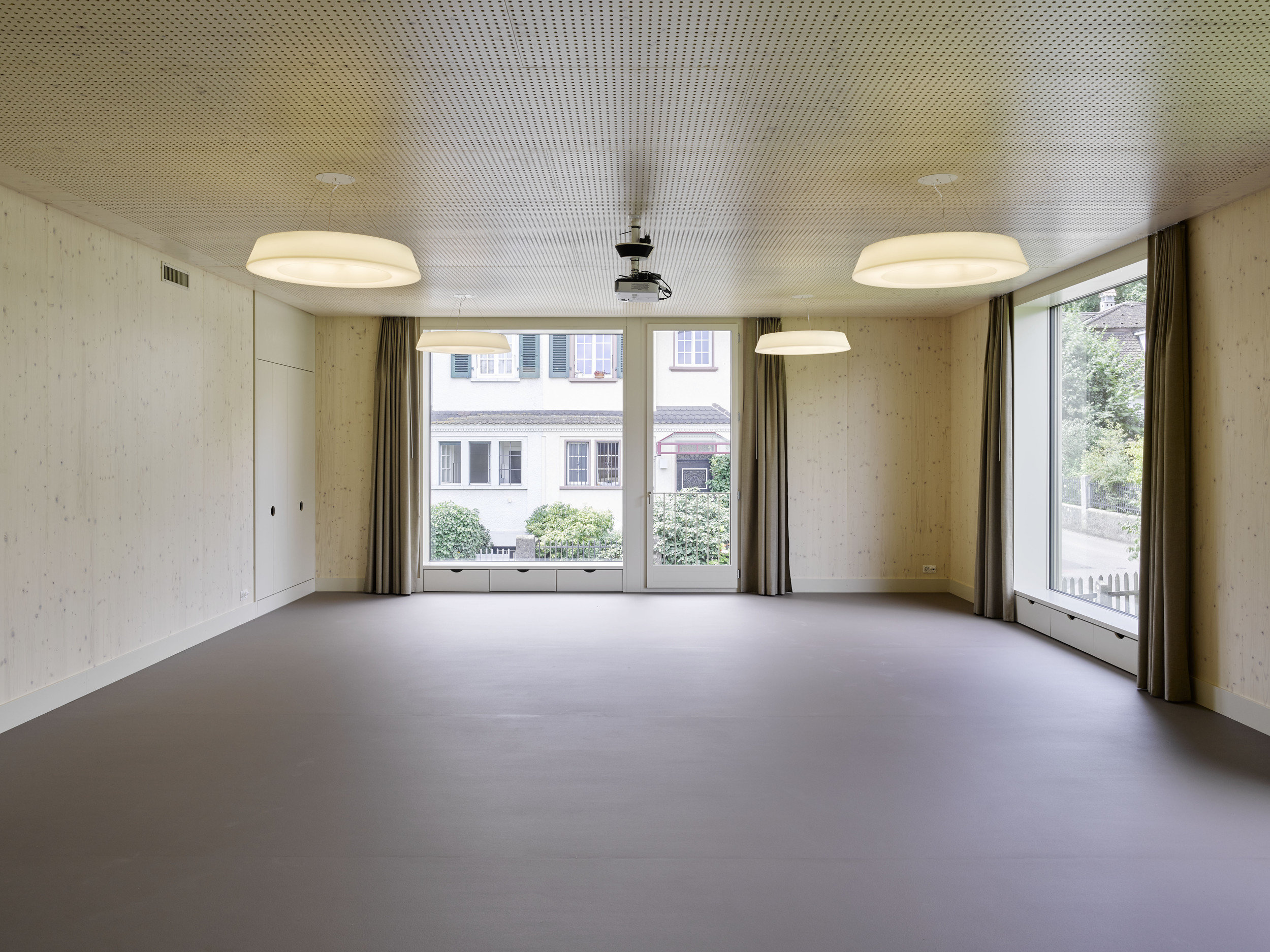 unmöblierter Raum mit 2 raumhohen 2-teiligen Fensterelementen