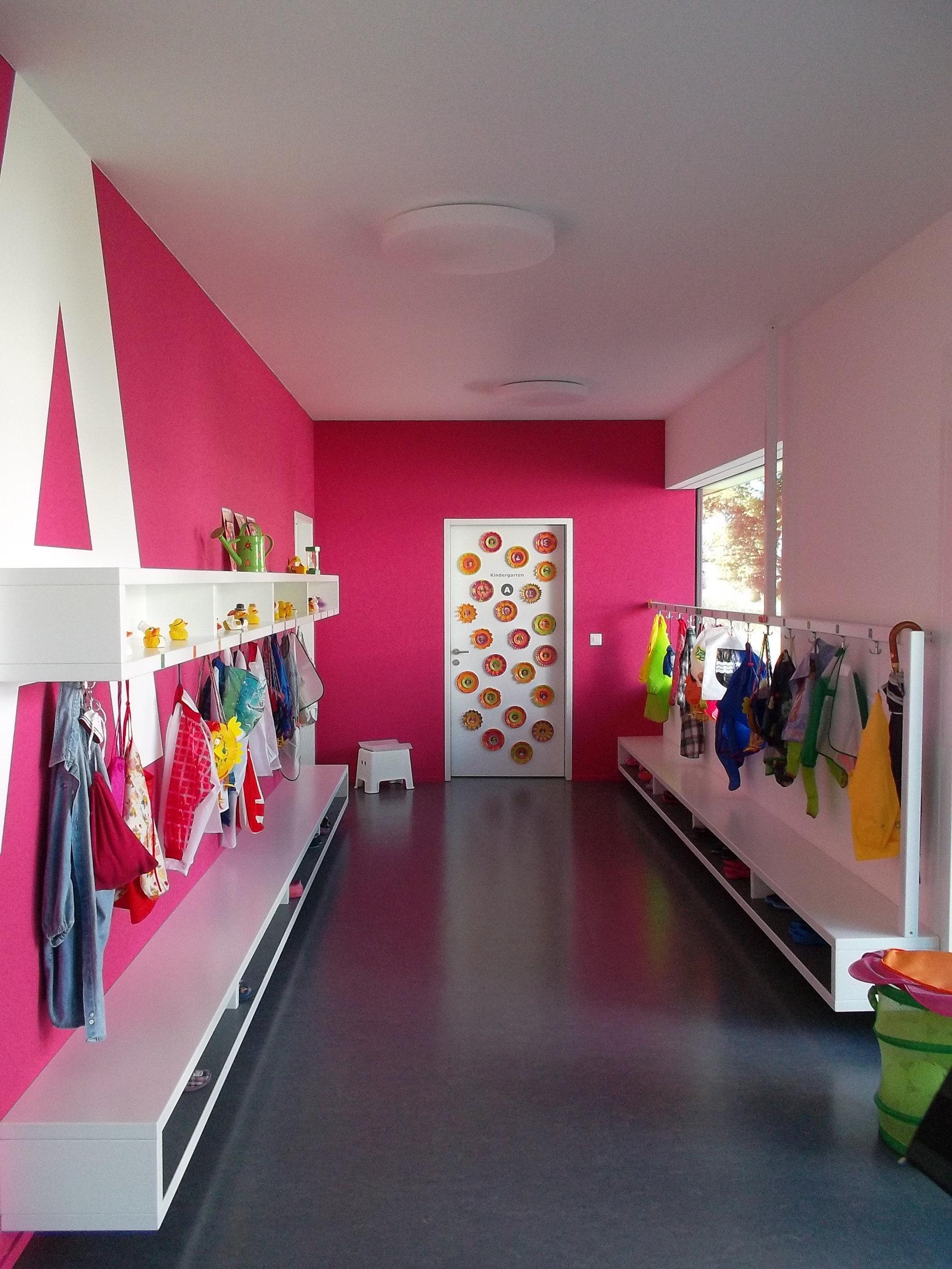 Farbenfrohe Garderobe in hellem und modernem Design