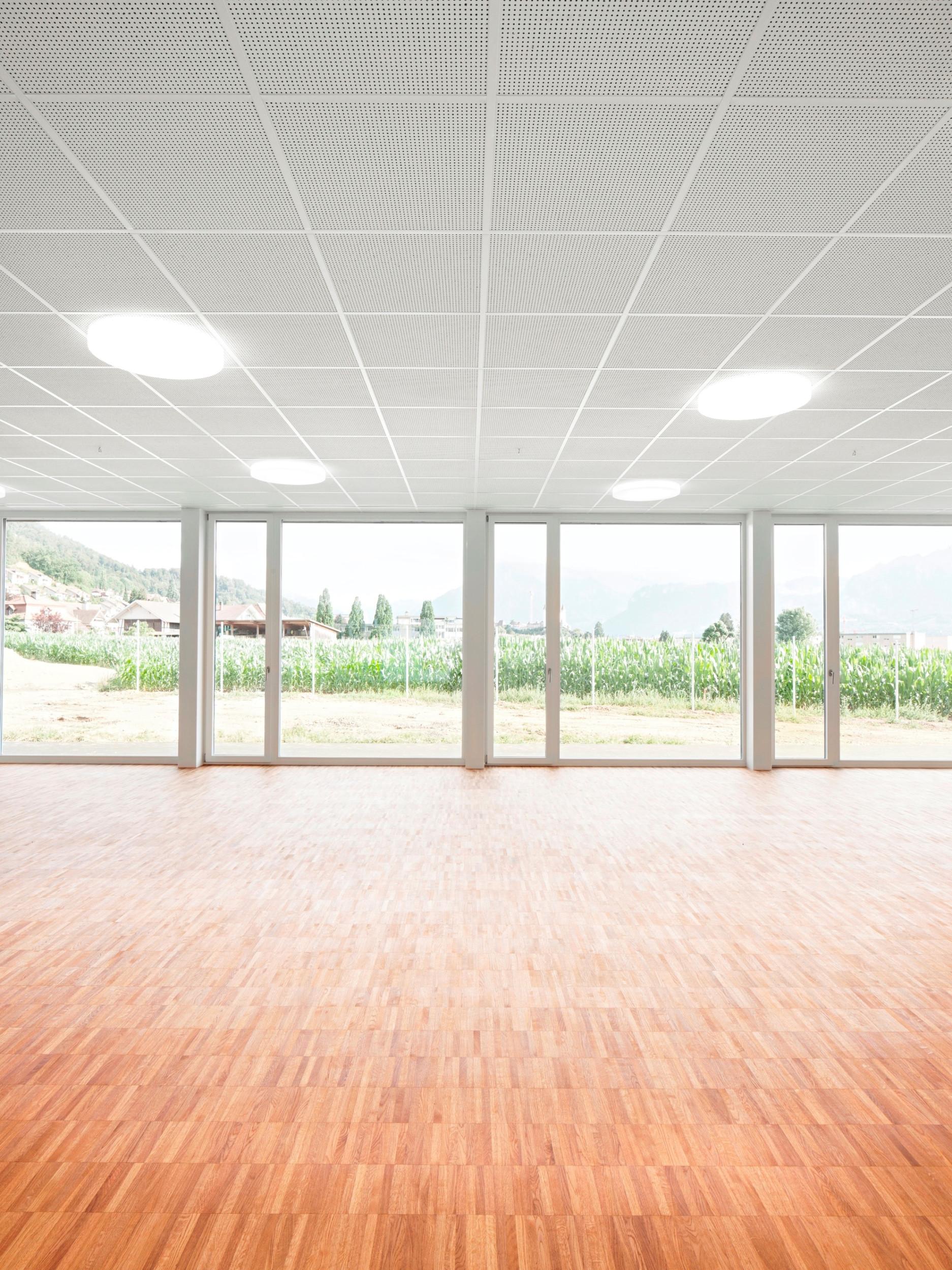 Raum mit raumhohen direkt aneinander liegenden Fensterelementen