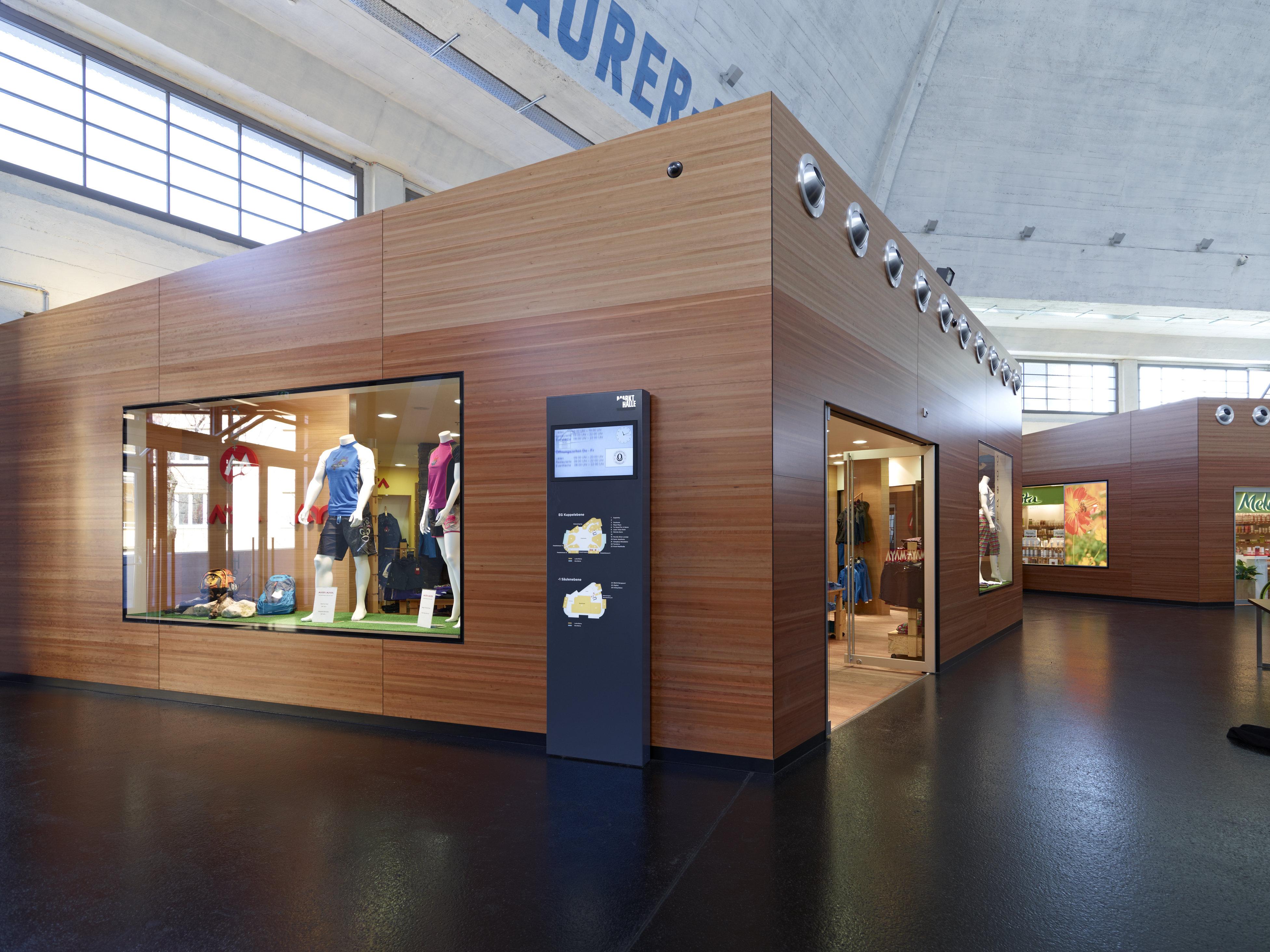 Shop-in-Shop aus Holz mit türgrossen Fenstern