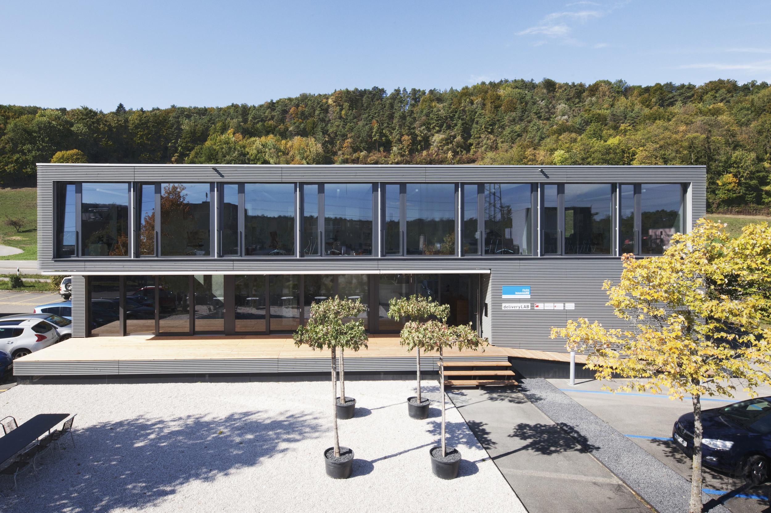 2-geschossiger Infopavillon it grosszügiger Fensterfläche