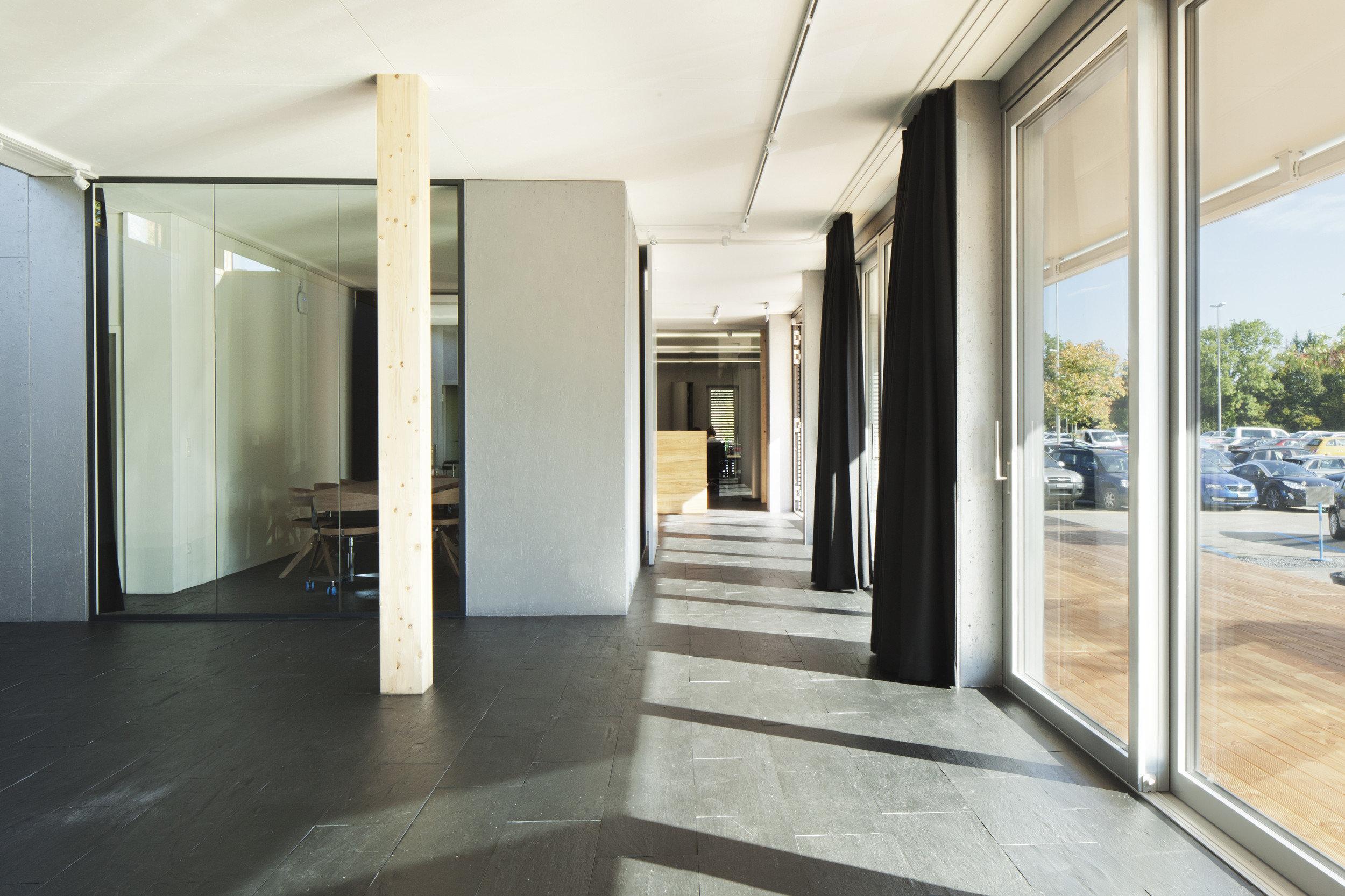 Heller und moderner Flur in Infopavillon mit grossen Fensterelementen
