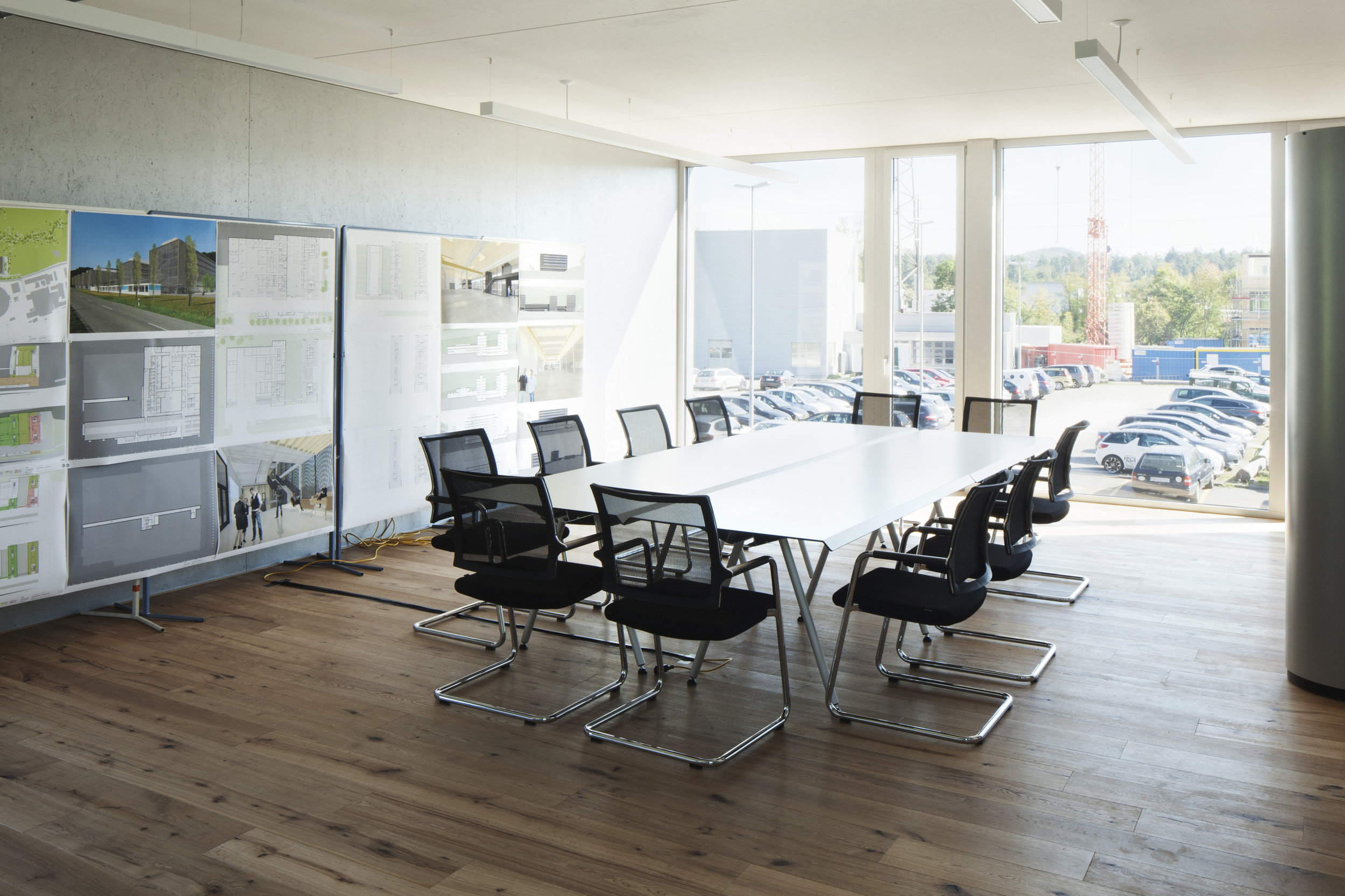 Helles Besprechungszimmer mit raumhohen Fensterelementen