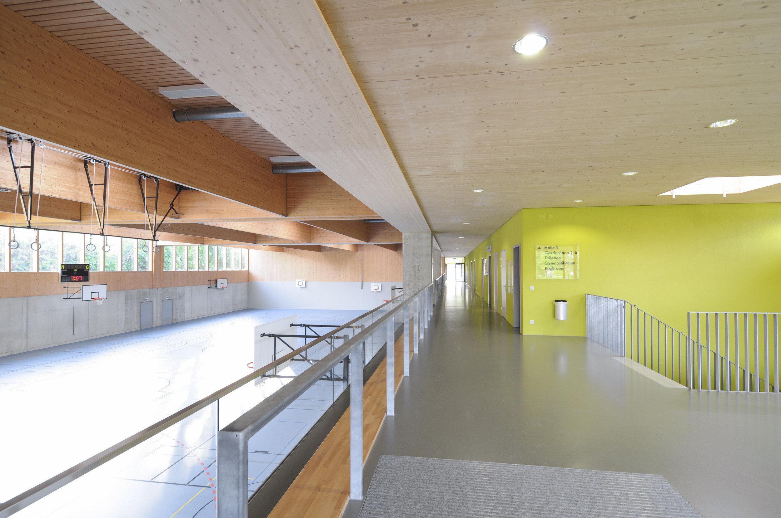 Sporthalle von innen mit Fokus auf Länge