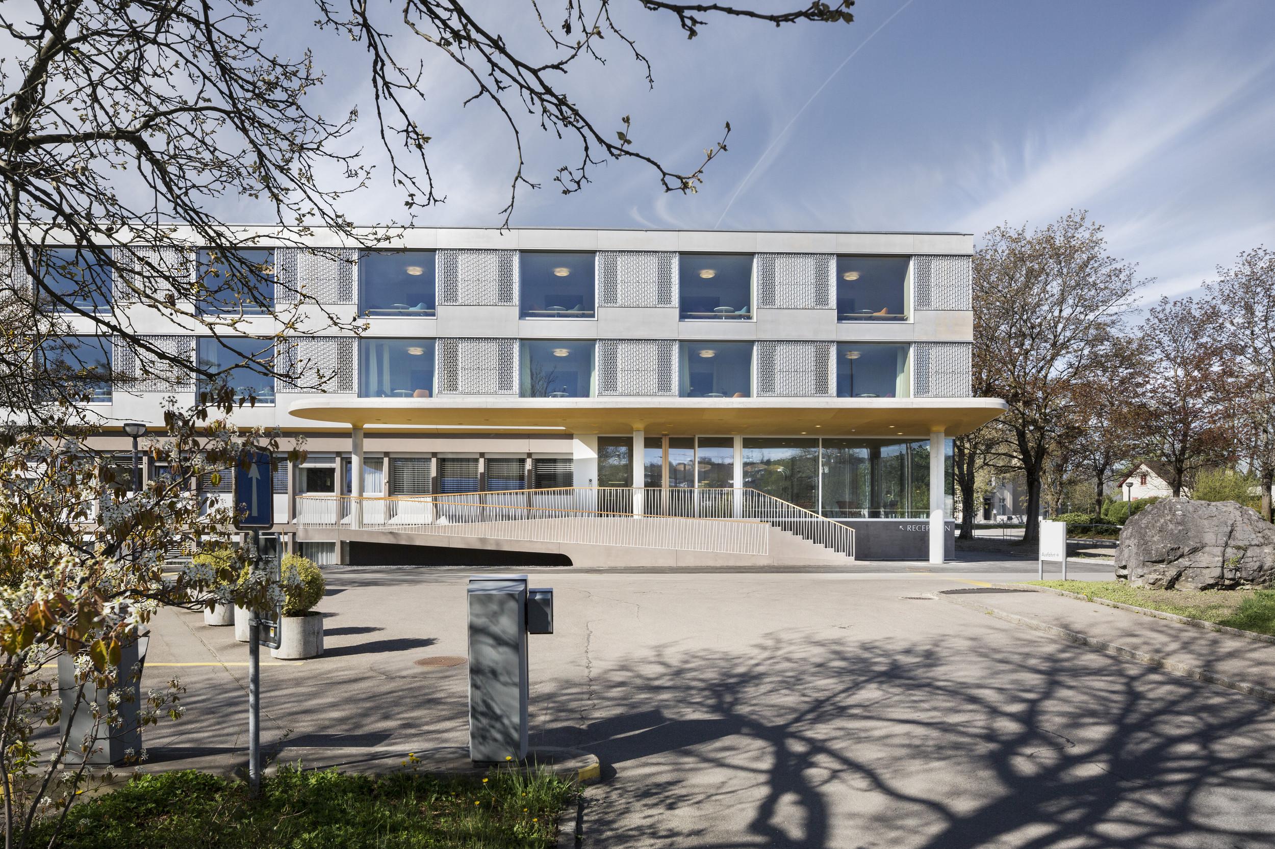 Klinik mit gleichmässiger Fensteranordnung und -anzahl in Holz-/Stahl-Leichtbau