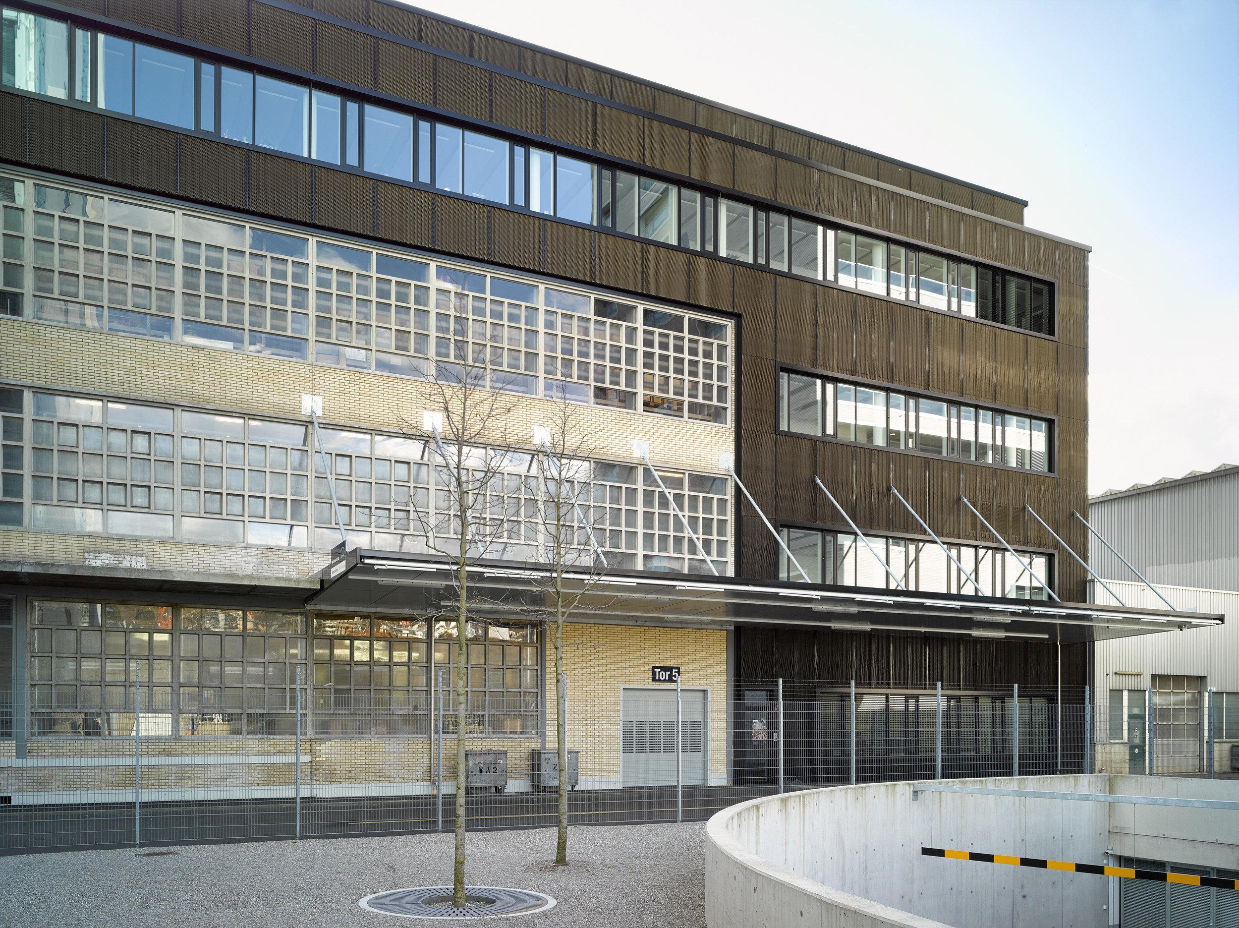 mehrstöckiges Magazingebäude mit Pfosten-Riegelfassade