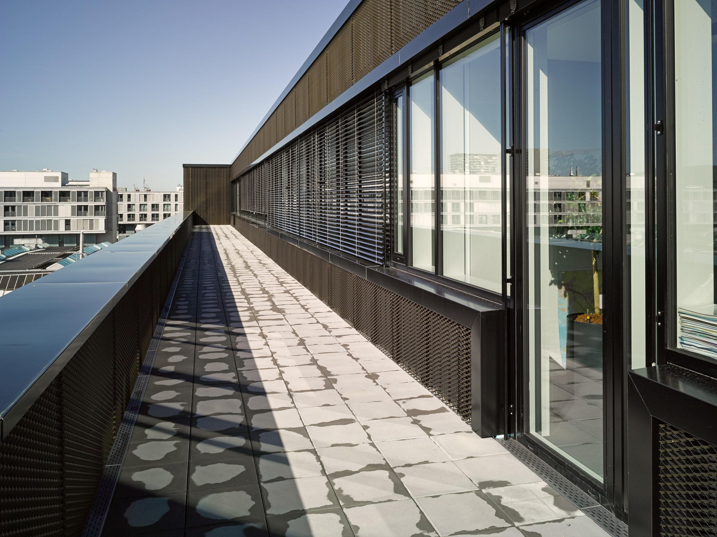 Balkon Gebäude mit direkt aneinander gebauten Fensterelementen