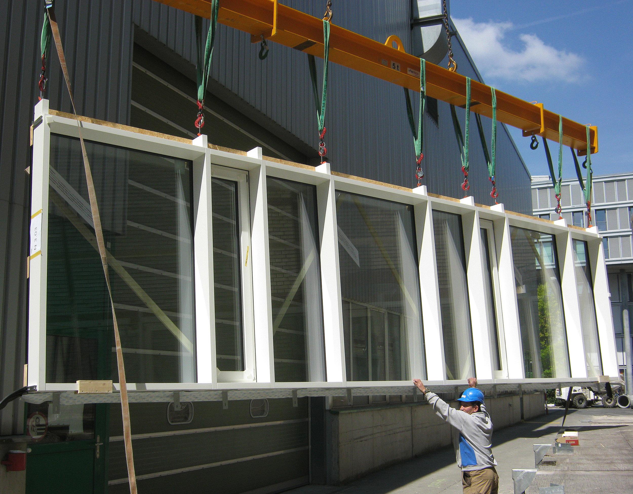 Platzierung eines grossen Fensterelements durch Kran