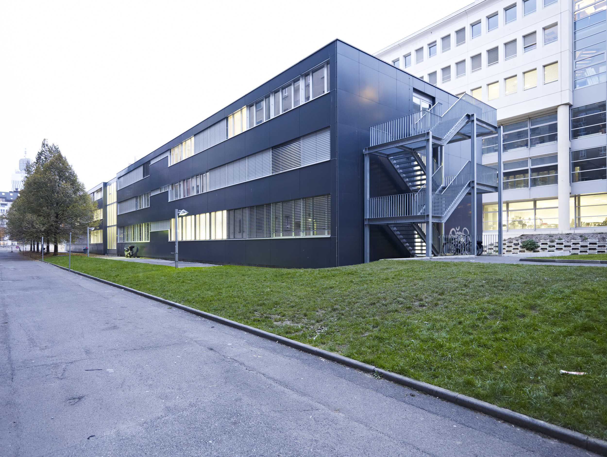 2-stöckiges Gebäude mit Fensterelement mit feststehenden Teilen
