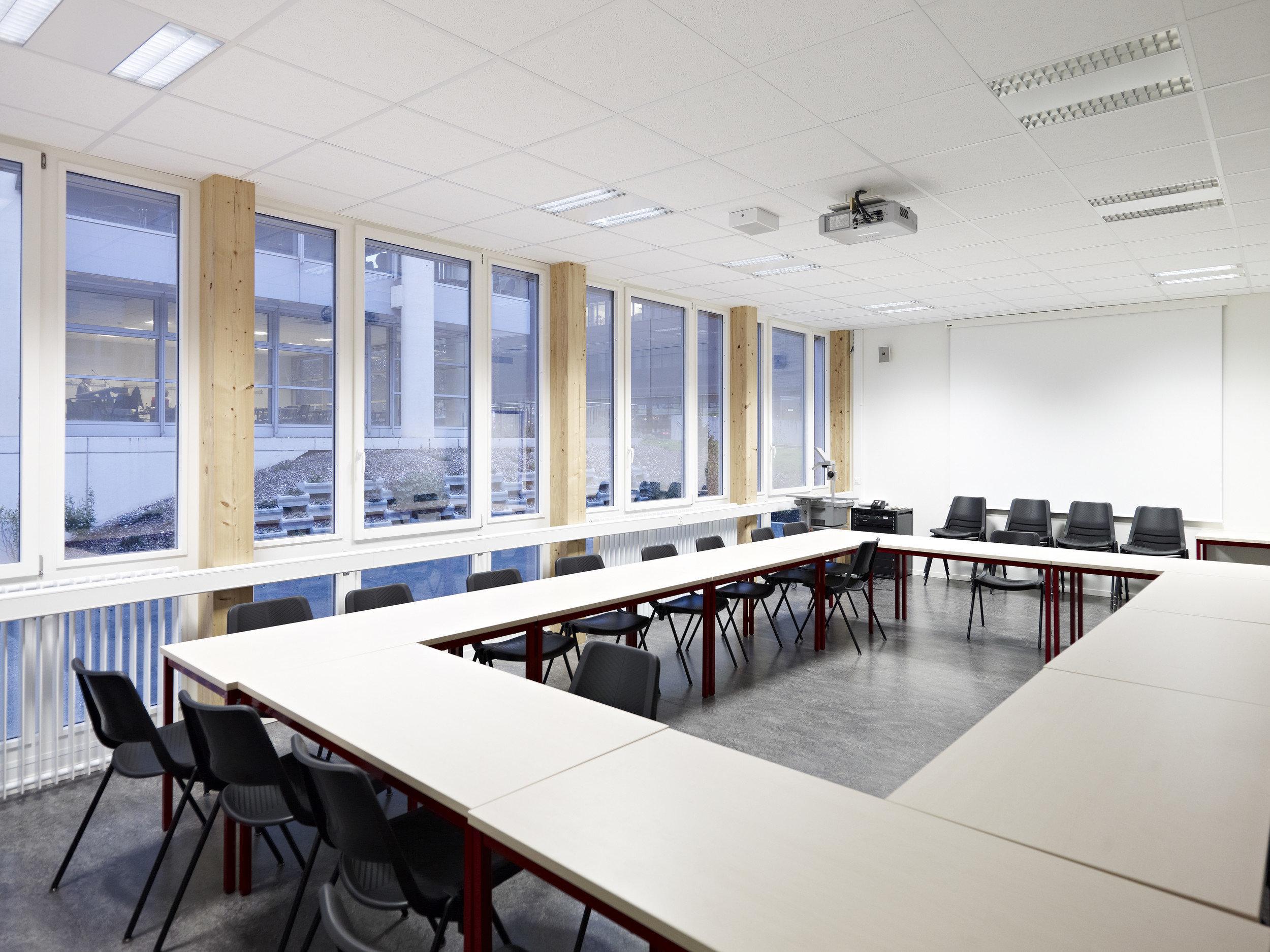 bestuhltes Besprechungszimmer mit mehrteiligen Fensterelementen