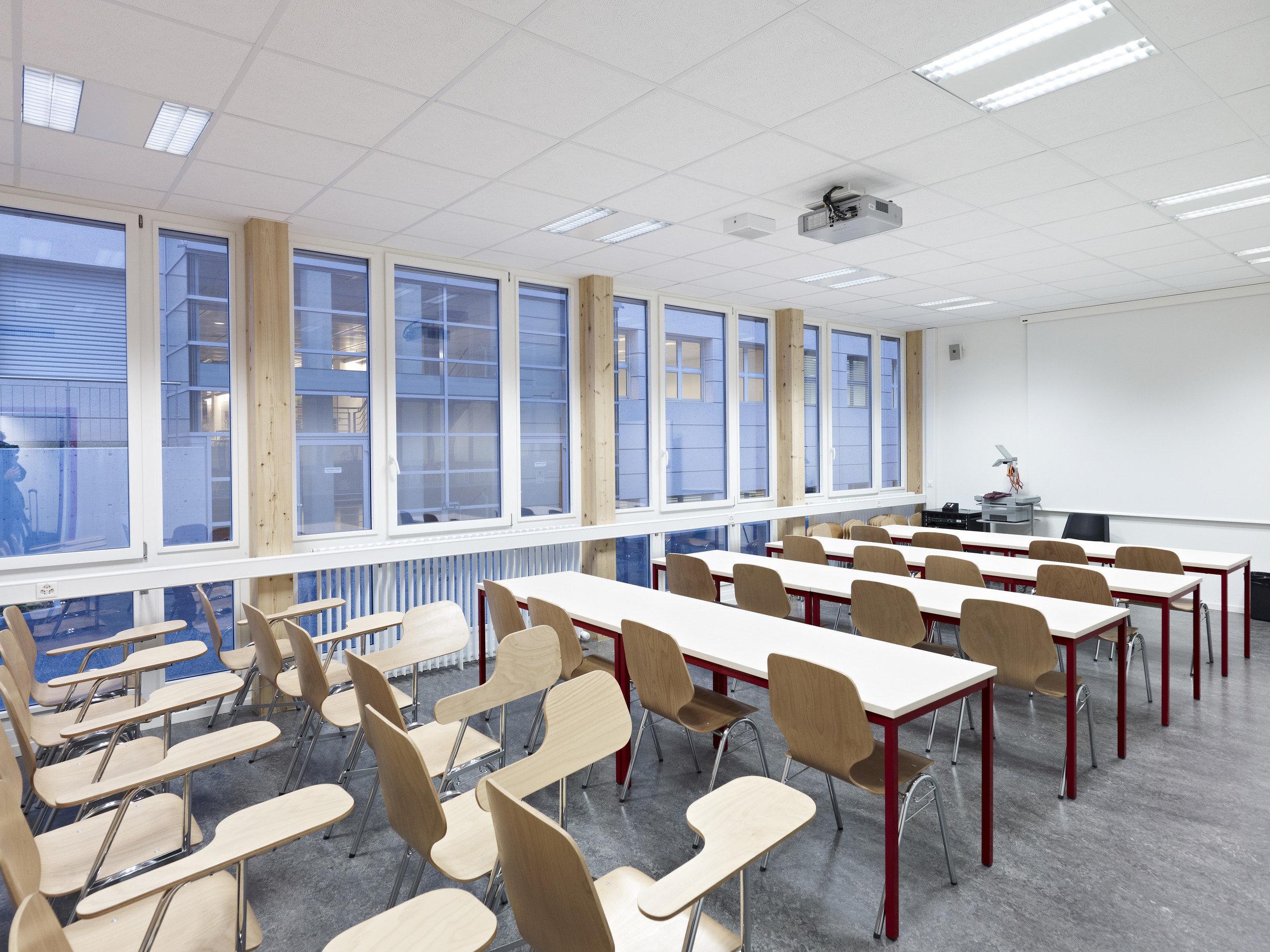 Bestuhltes Lehrzimmer mit mehrteiligen Fensterelementen