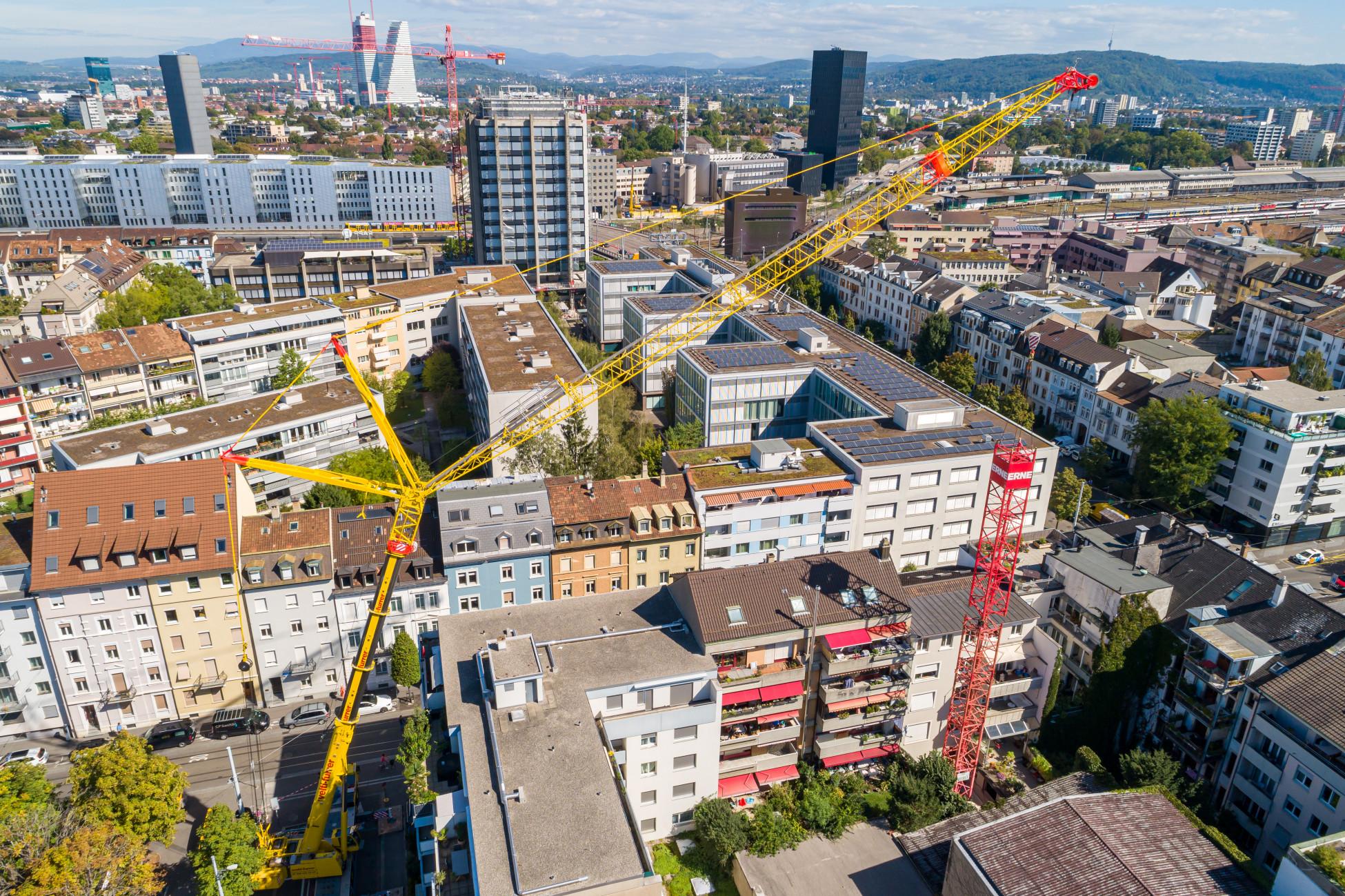 Umbau und Schadstoffsanierung Basel im Gundeli - Kranmontage