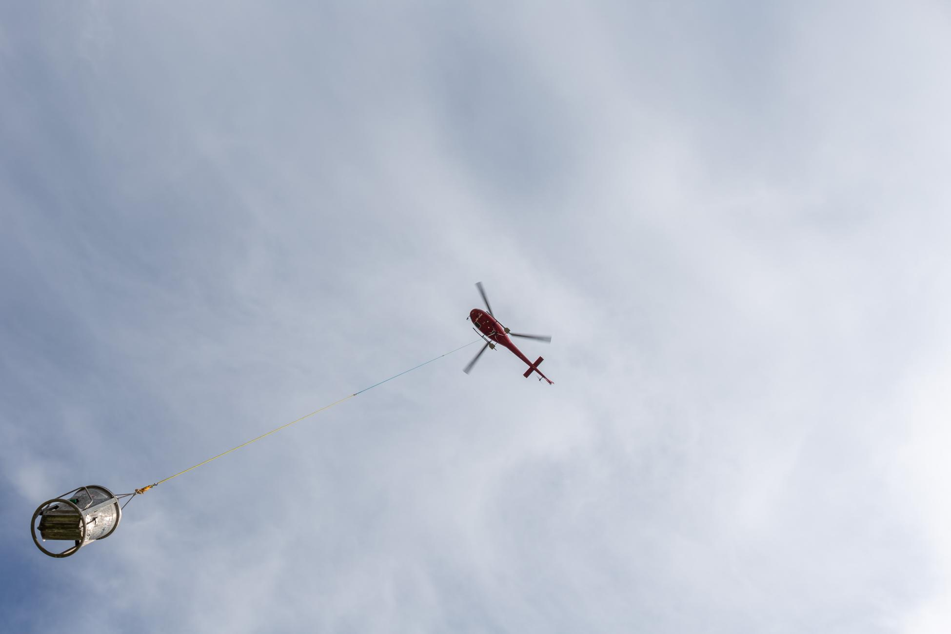 Brugg Wasserleitungsbruch Helikopter Transport