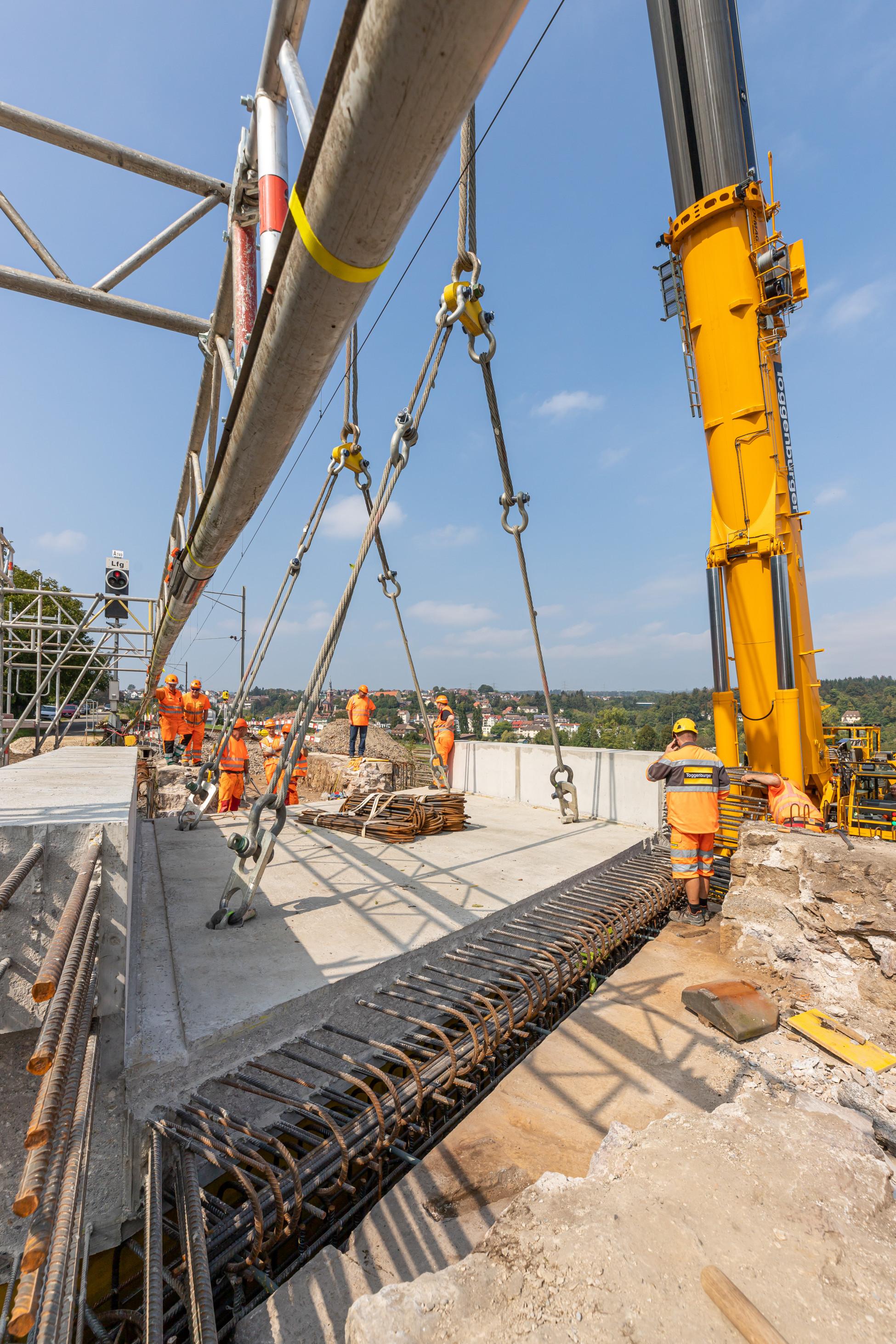 Laufenburg SBB Ersatzbruecke U1 Millimeterarbeit beim Versetzen der Betonbrückenplatte