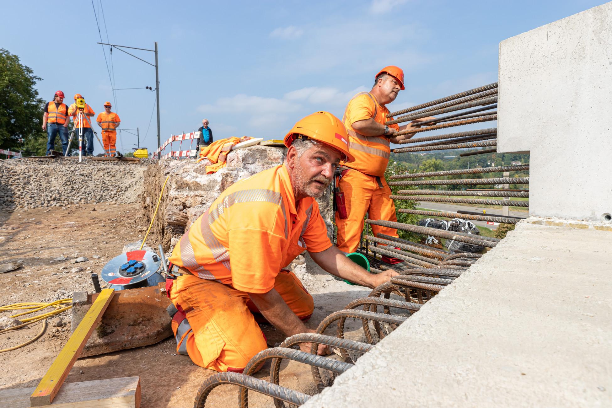 Laufenburg SBB Ersatzbruecke U1 - nur mit Teamwork kommt die Betonbrückenplatte an den richtigen Ort
