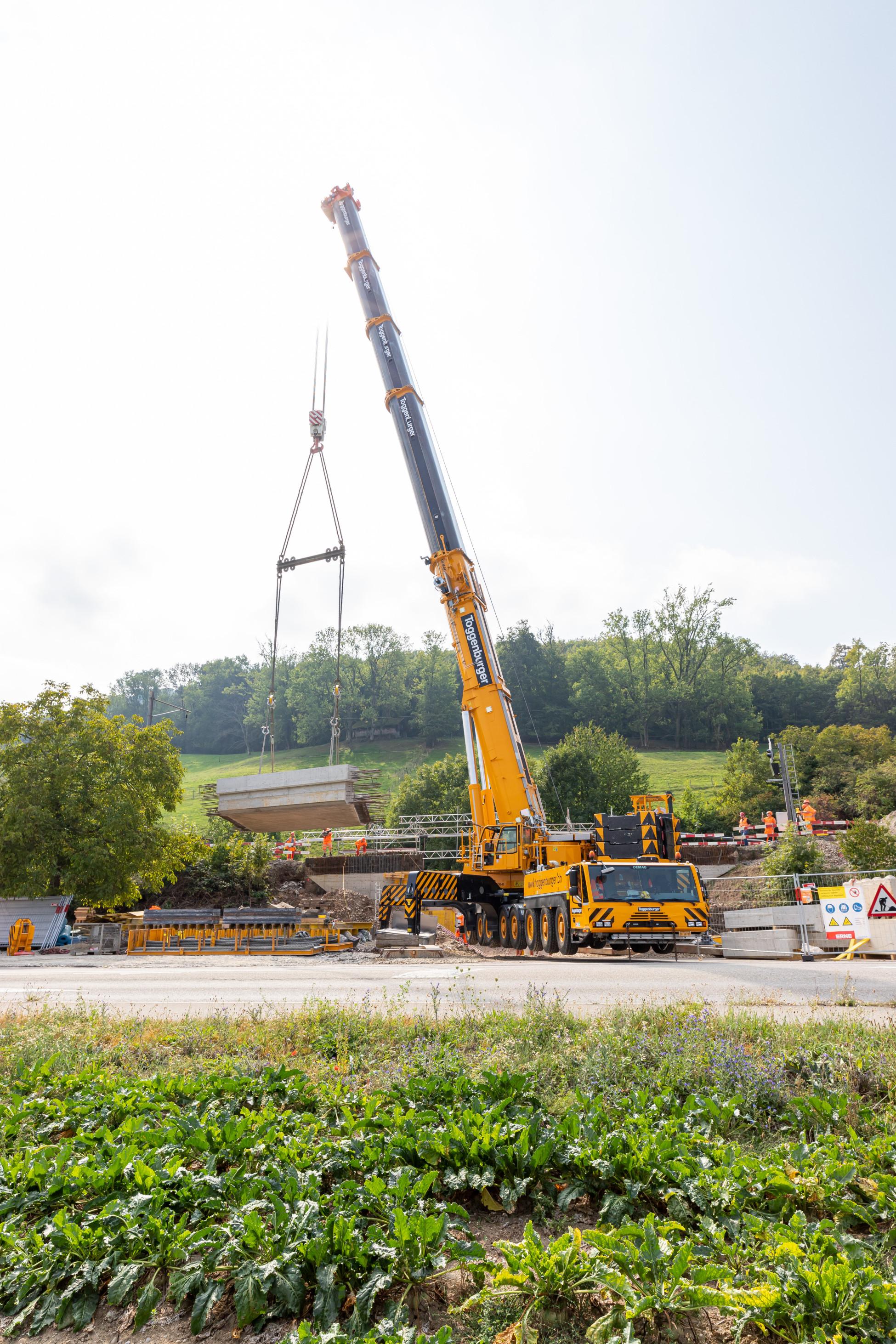 Laufenburg SBB Ersatzbruecke U1 85 Tonnen schwere Betonbrückenplatte schwebt über der Baustelle