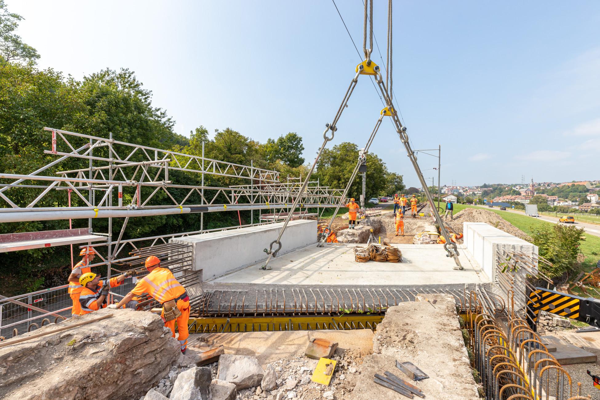 Laufenburg SBB Ersatzbruecke U1 Versetzen der Betonbrückenplatte