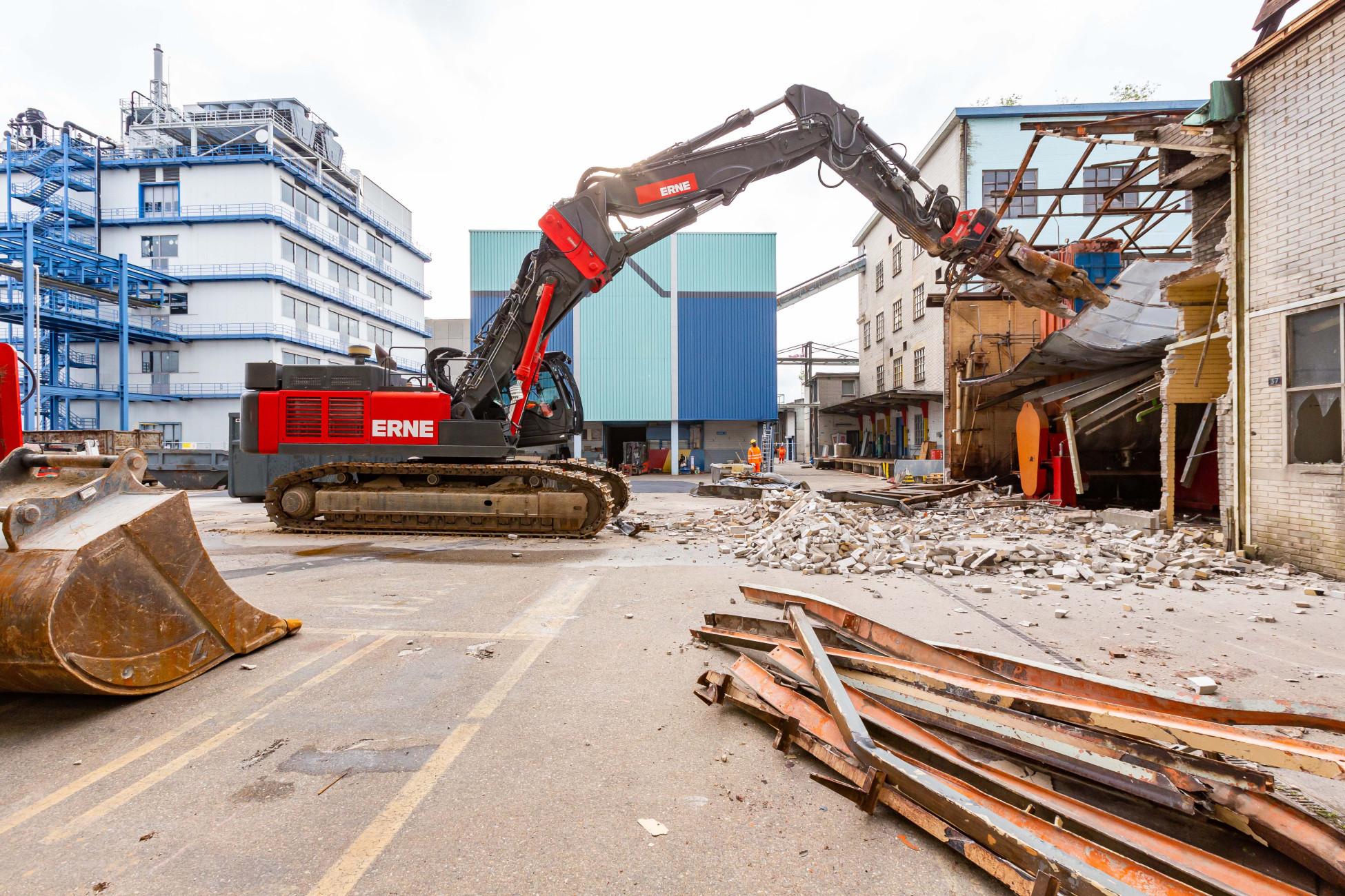 Sobald die Produktionsanlagen komplett entfernt waren, konnte das Gebäude mit dem grossen Bagger rückgebaut werden