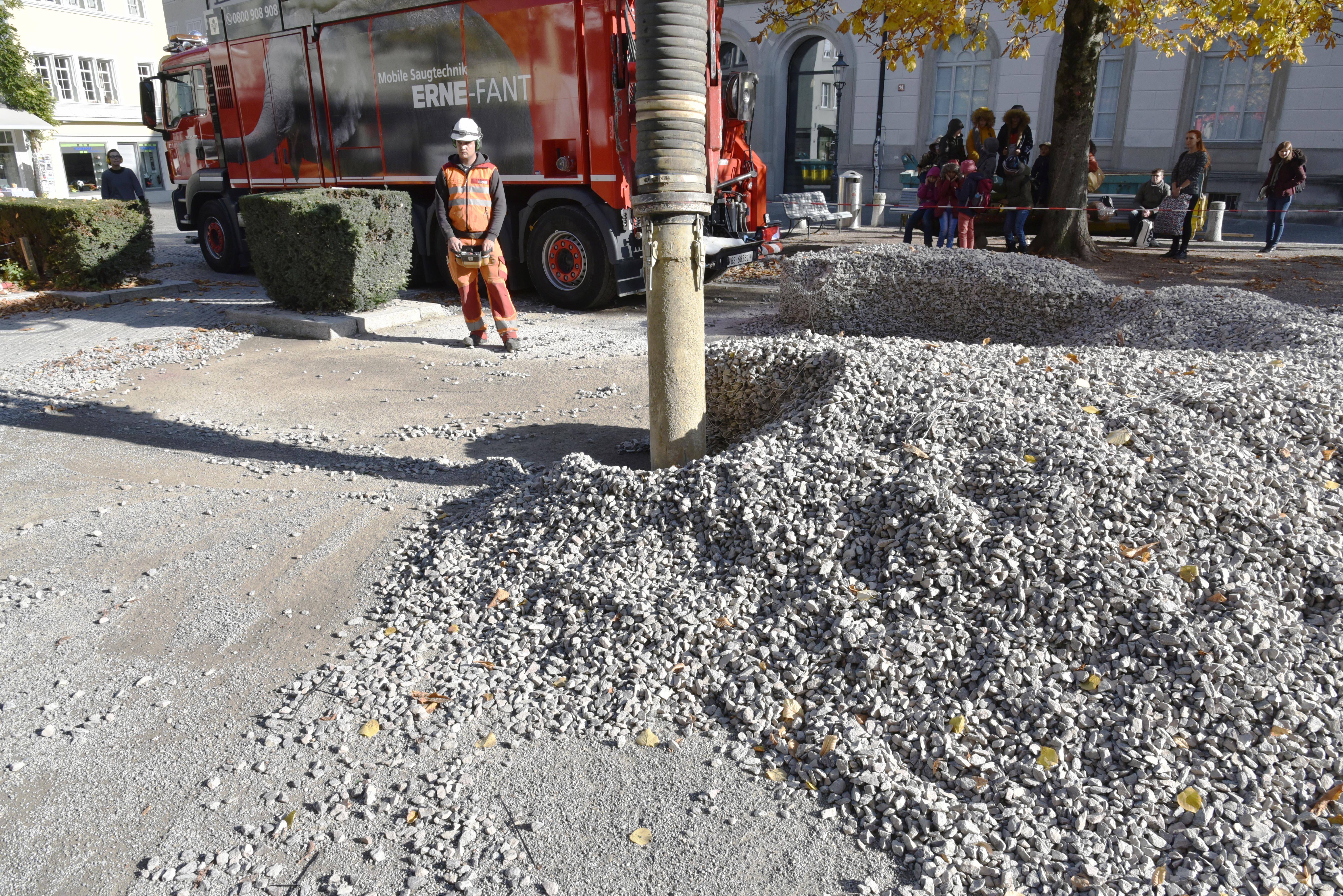 Saugbagger saugt Schotter des Rock Print Pavillon