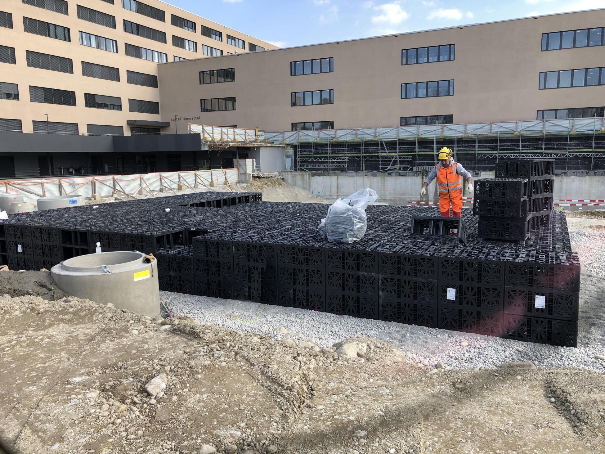 Tiefbau Schlieren Pflegezentrum Spital Limmattal Kunststoff-Rigole der Versickerungsanlage