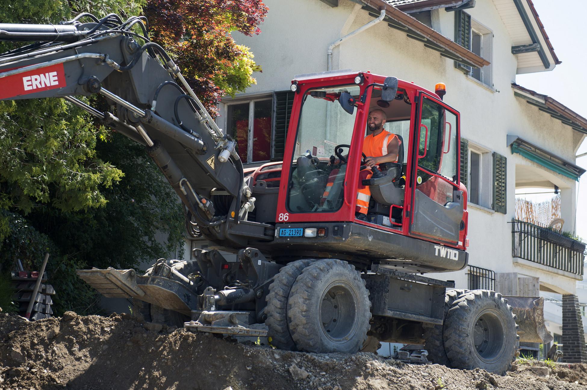 Totalunternehmerauftrag Strassensanierung Bellikon K411 Bagger abgraben