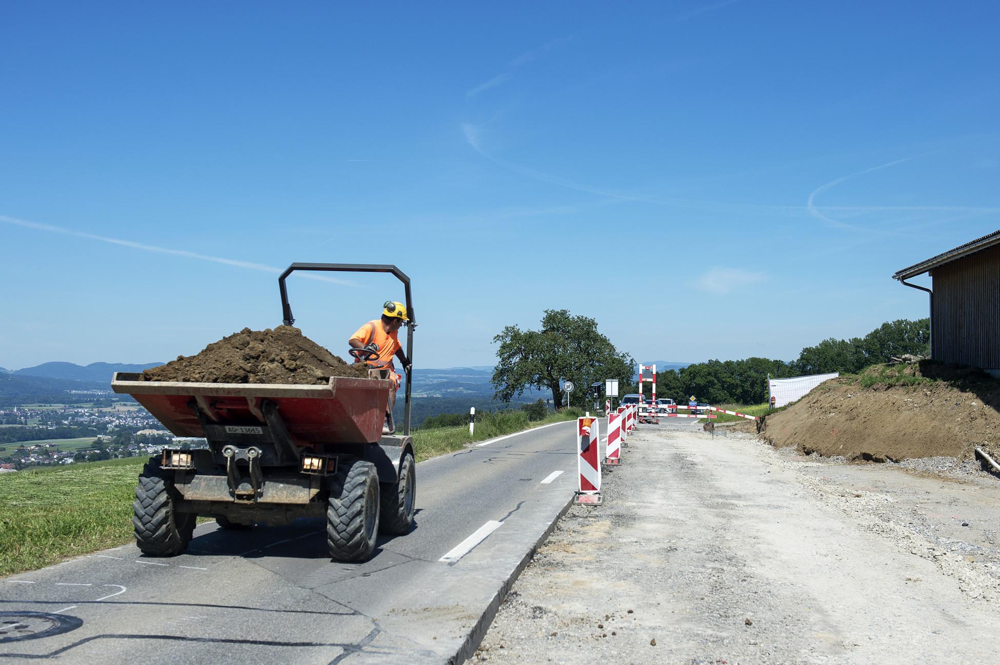 Totalunternehmerauftrag Strassensanierung Bellikon K411 Belag abgebrochen