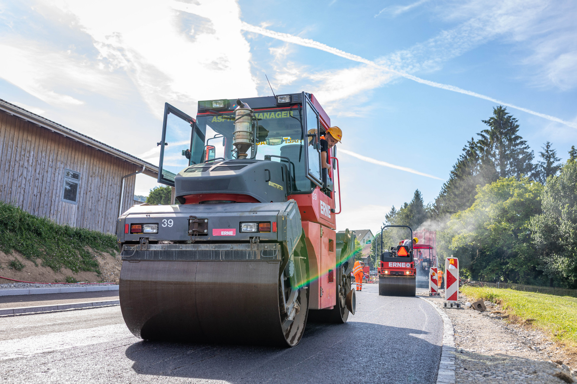 Totalunternehmerauftrag Strassensanierung Bellikon K411 Belageinbau Walze