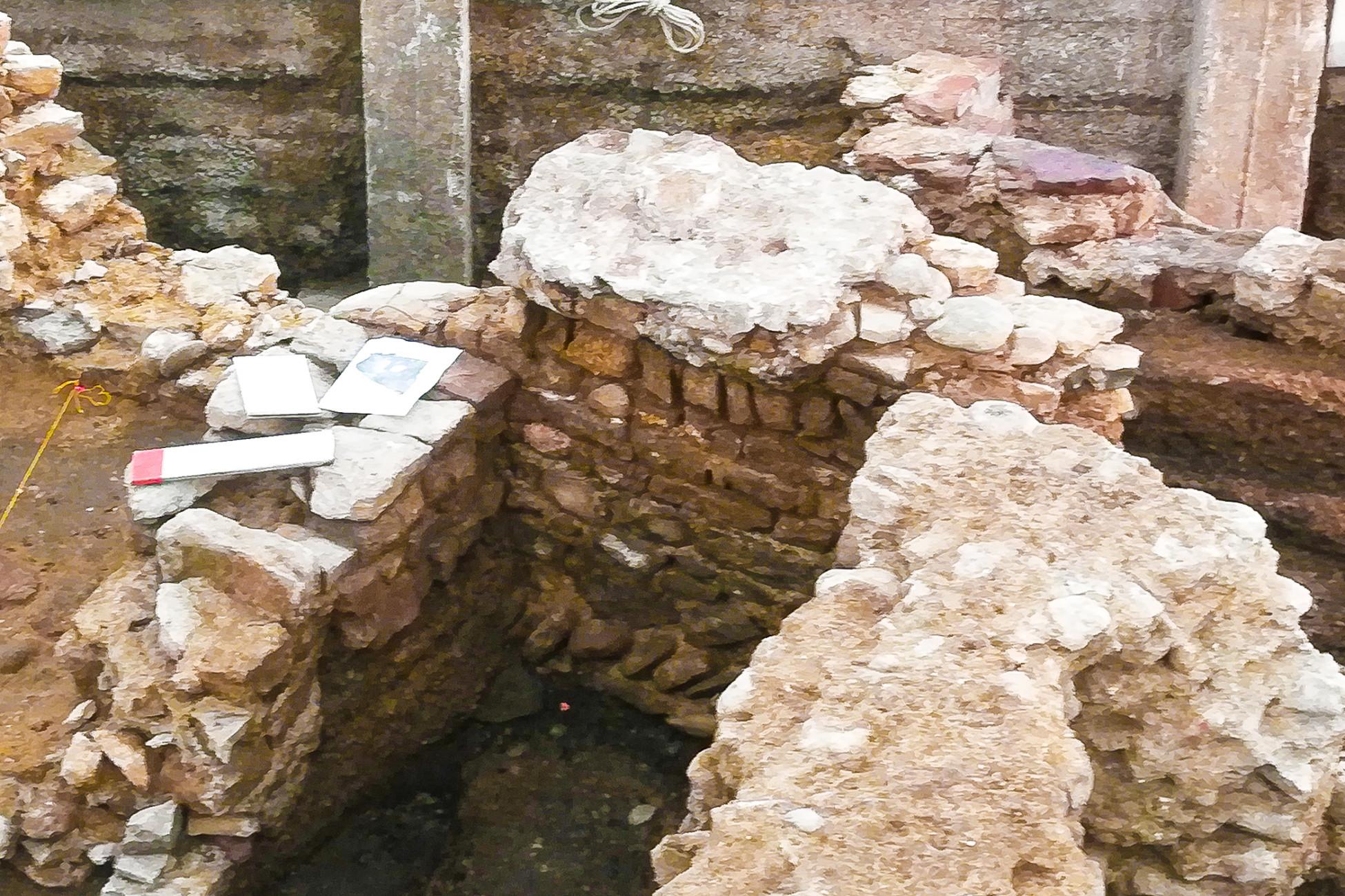 Rückbau Spiegelgasse: Archäologischer Fund - eine Mauer aus dem 13. Jh