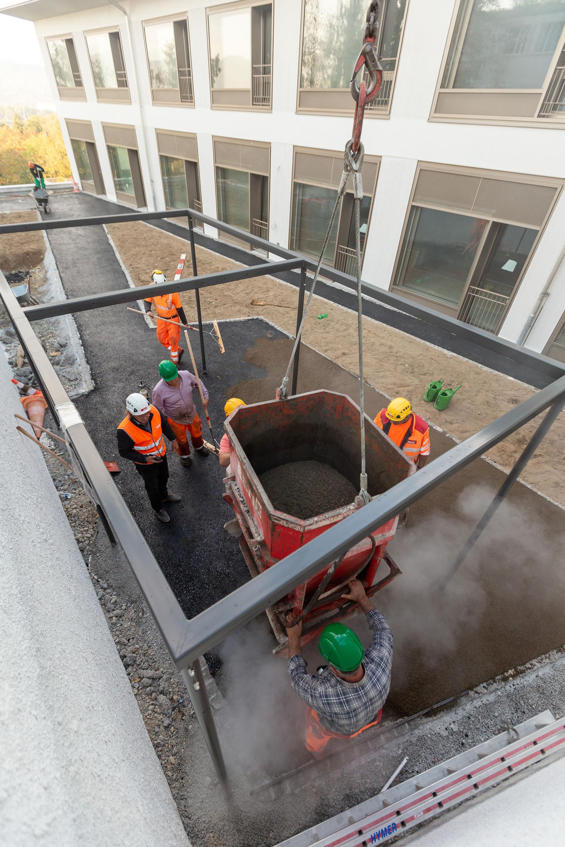 Zürich Belagseinbau mit Kran