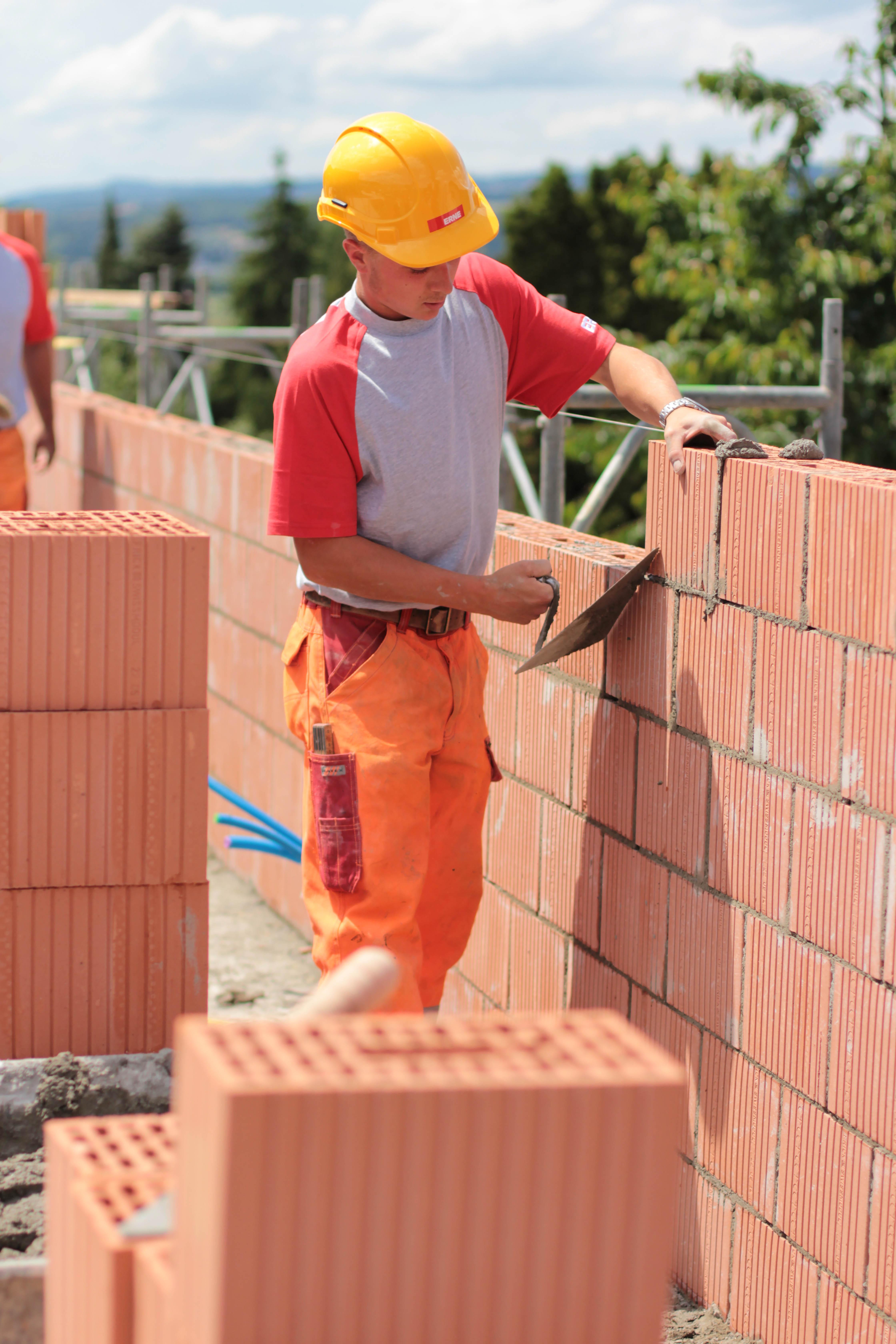 ERNE baut Zukunft - Mit Maurer-Lernenden. Der Beruf als Maurer ist vielseitig und ein breites und fundiertes Fachwissen ist die Basis für alle Bauberufe.