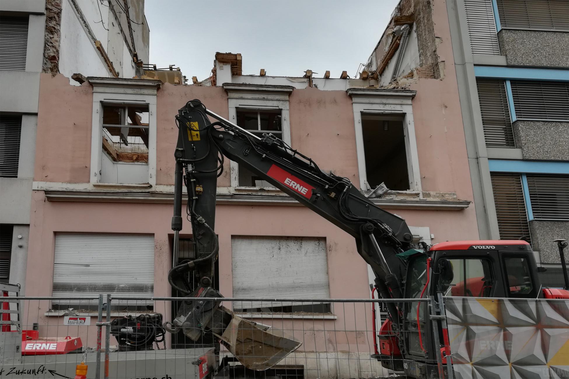 Rückbau Gebäude Nr. 27 mit dem Abbruchbagger