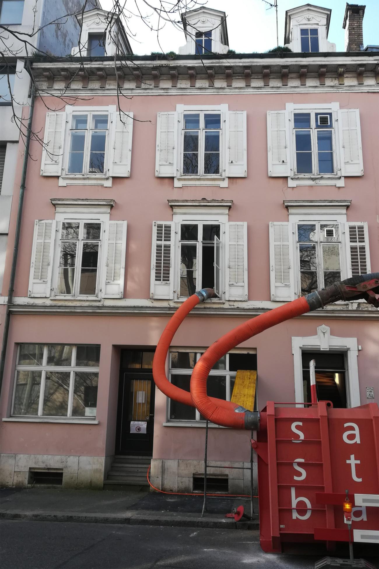 Saugbagger Einsatz am Gebäude Leonhardstrasse 27