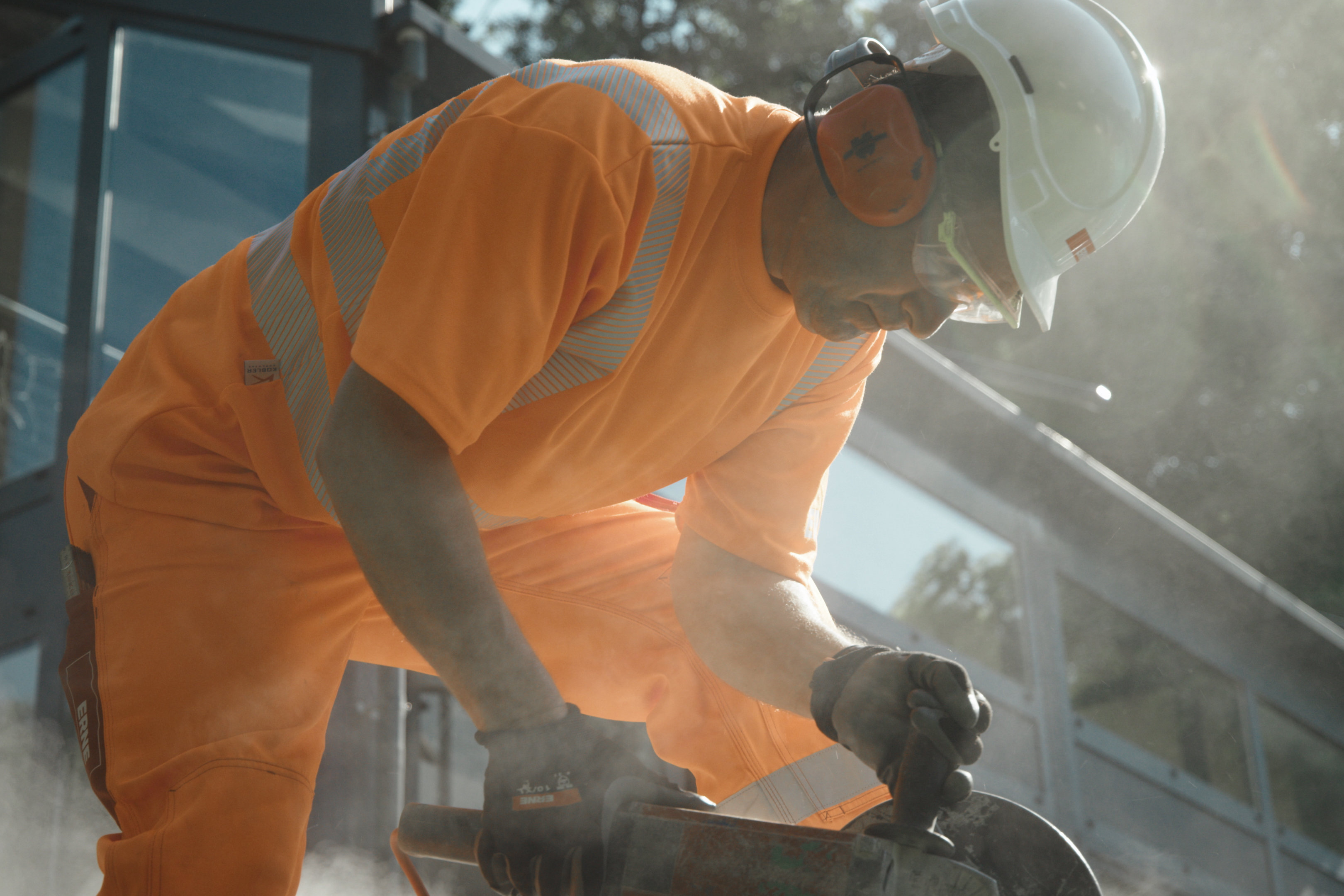 Bauservice, Arbeiter verlegt Platten