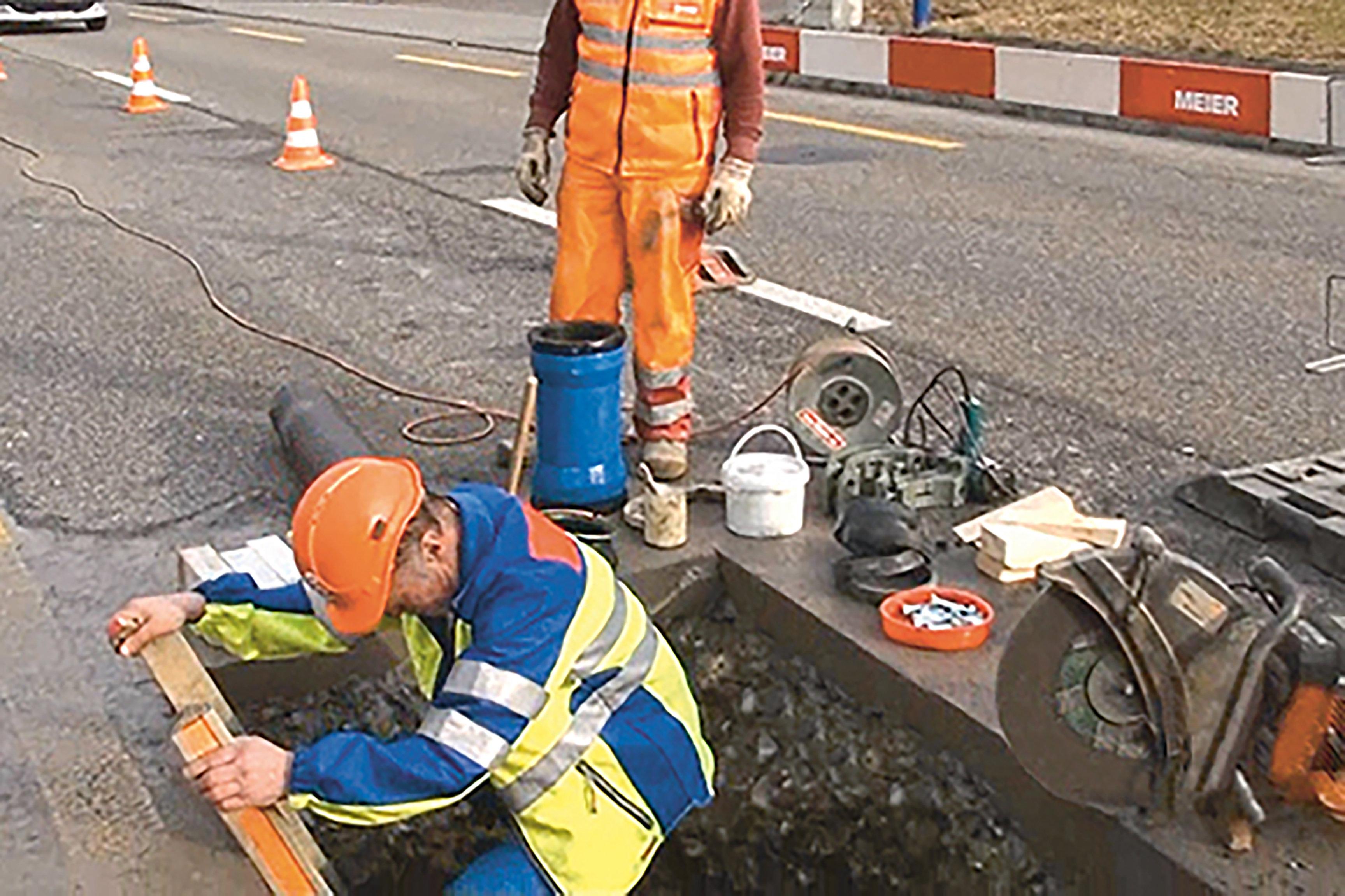 Saugbagger, Rohrbruch Arbeiter steigt in die Baugrube