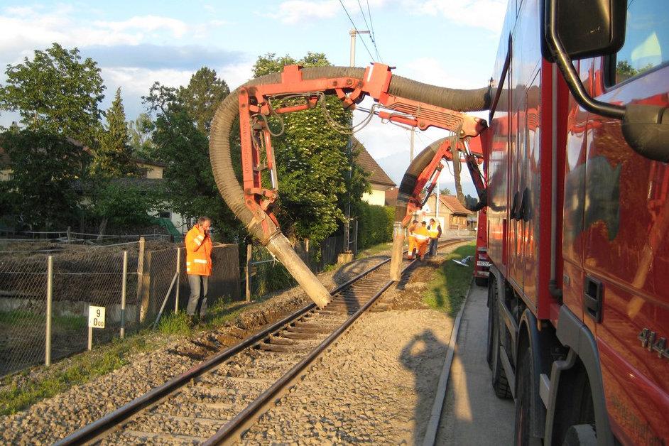 Saugbagger ERNE-FANT Bahnschotter saugen