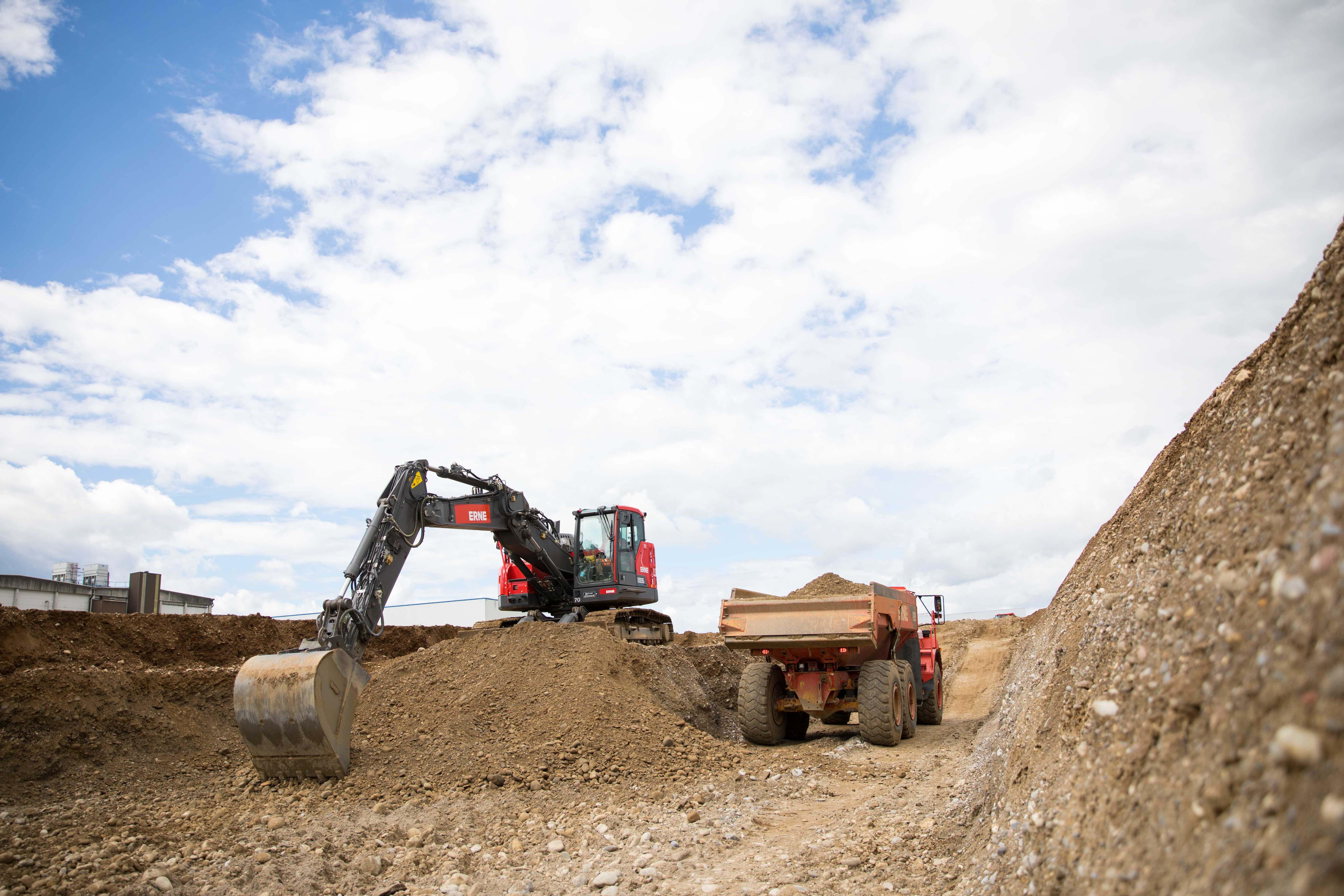 Baugrubenaushub und Erdarbeiten, Verschiebung von Terrains und Hochwasserschutz. ERNE bietet vielseitige Dienstleistungen.