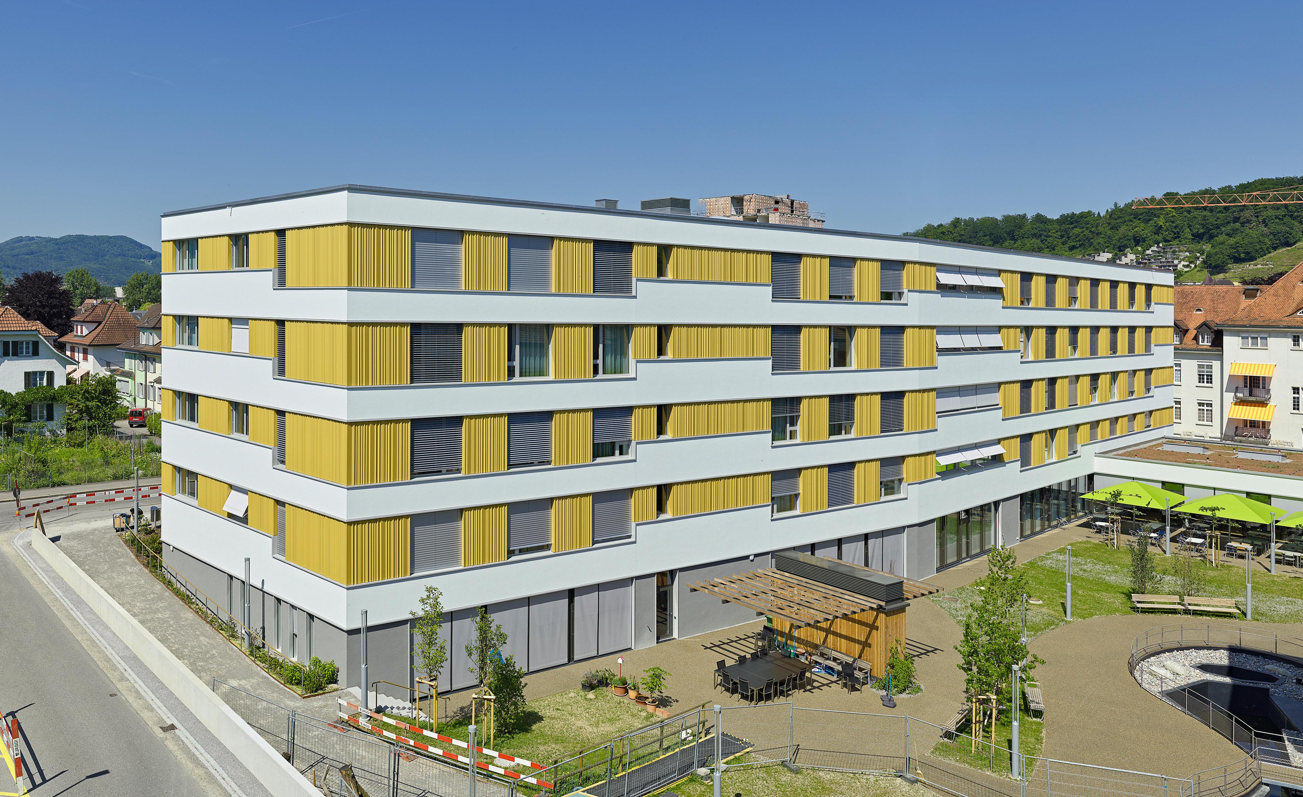 4-stöckiges Gesundheitszentrum mit regelmässiger Fensteranordnung