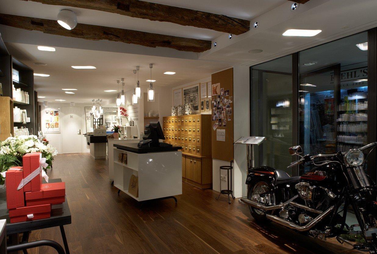 Heller, moderner Shop mit Möbeln aus Holz und Motorrad als Dekoration