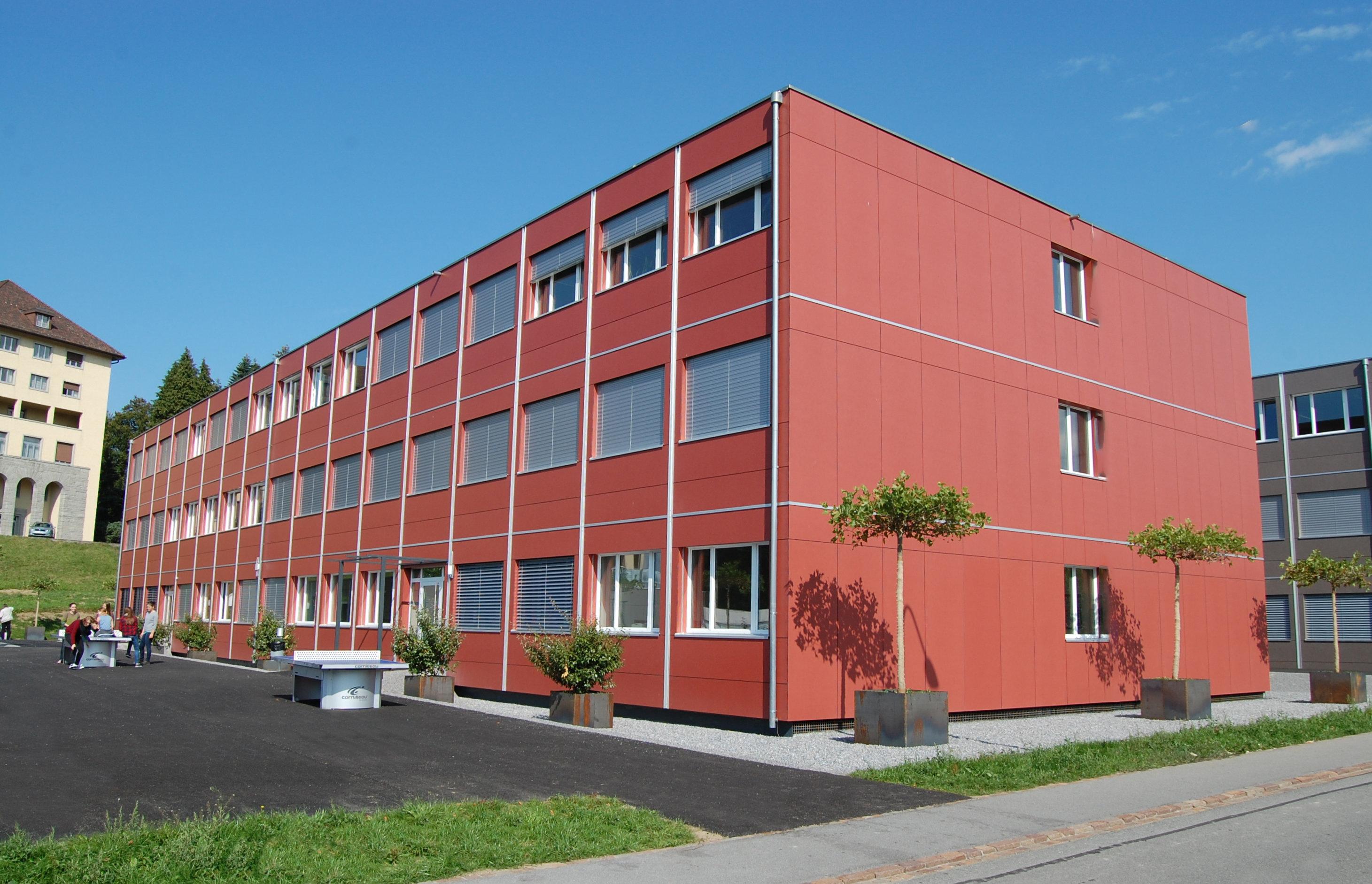 3-geschossiges Schulgebäude gleichmässige Fensteranordnung + Anzahl